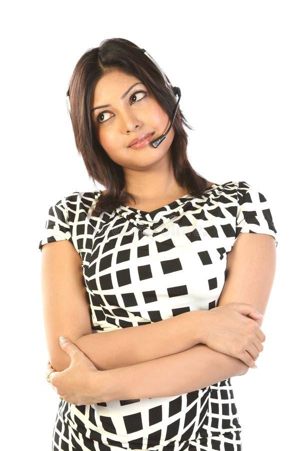 Donna sorridente dell'operatore in una call center immagini stock libere da diritti