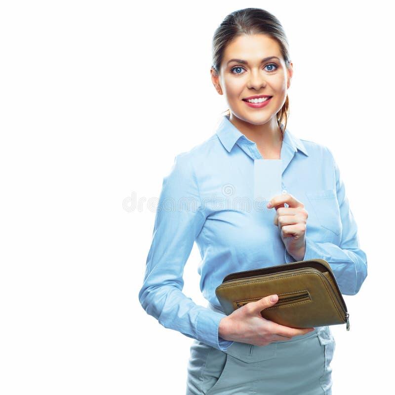 Donna sorridente di affari che mostra la carta di credito fotografia stock