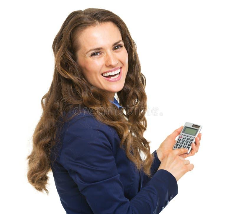 Donna sorridente di affari che per mezzo del calcolatore fotografia stock libera da diritti