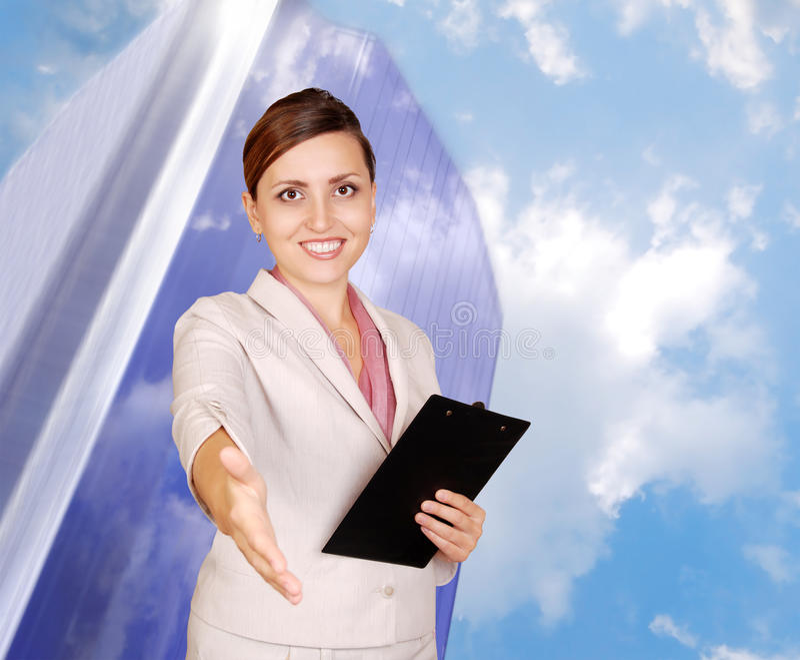 Donna sorridente di affari con la mano per una stretta di mano fotografia stock libera da diritti