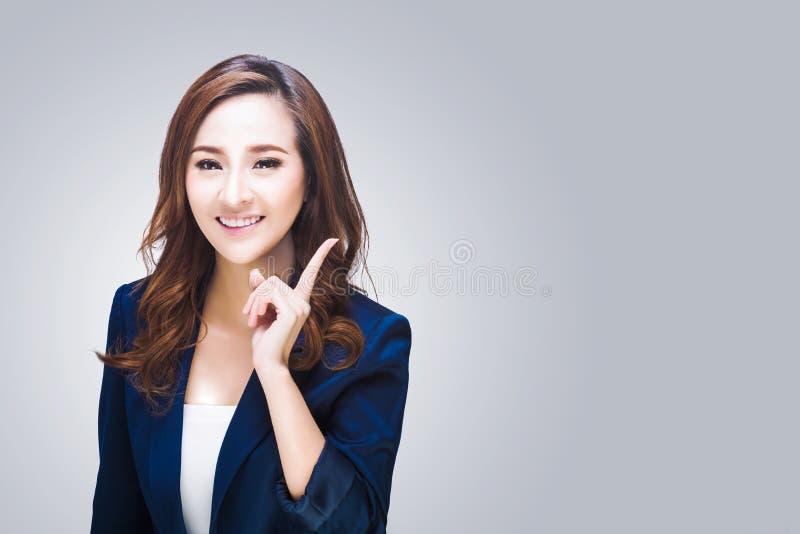Donna sorridente di affari Isolato sopra fondo bianco fotografia stock