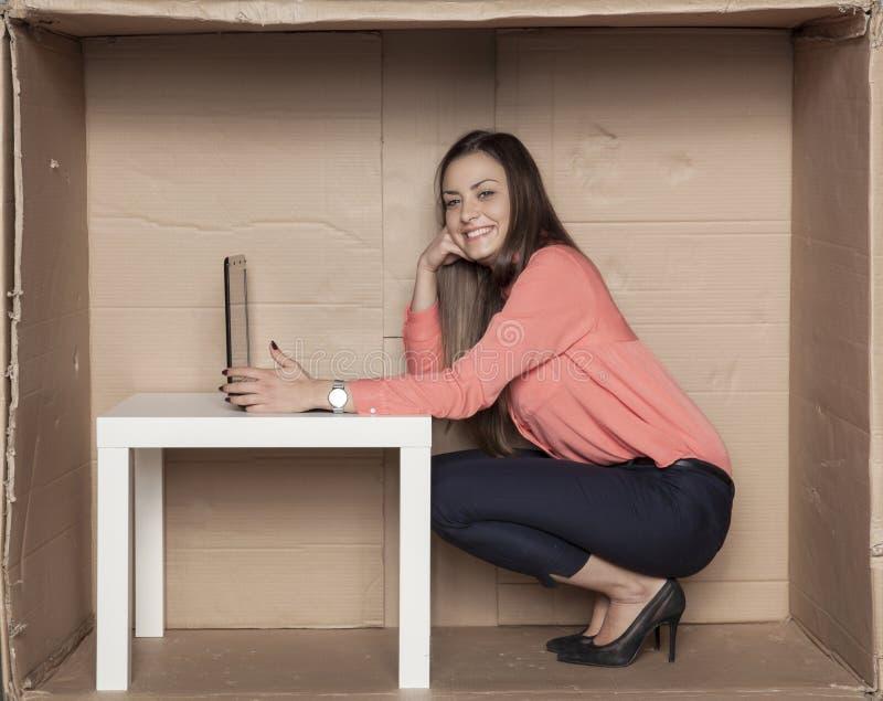 Donna sorridente di affari, possedere ufficio e computer fotografia stock libera da diritti