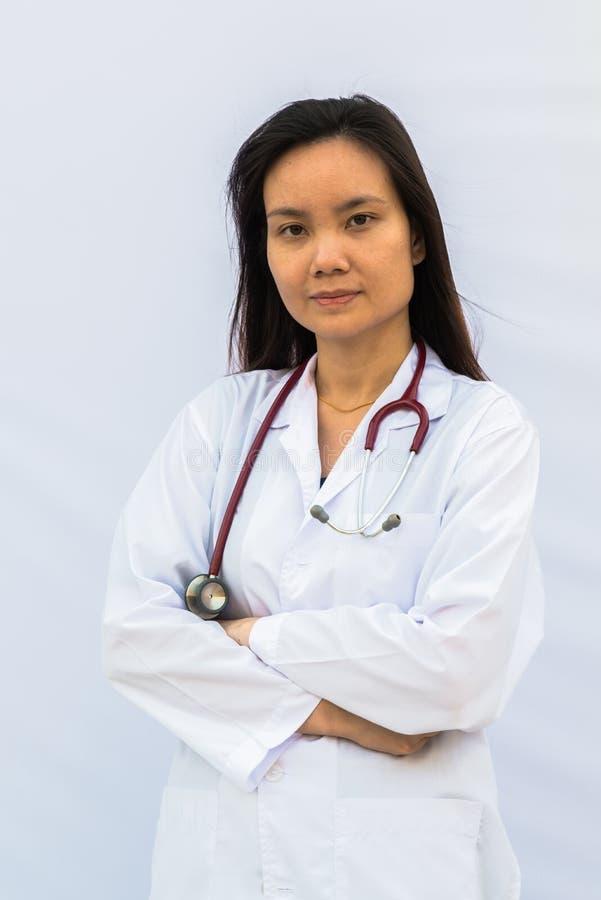 Donna sorridente di medico con lo stetoscopio immagini stock