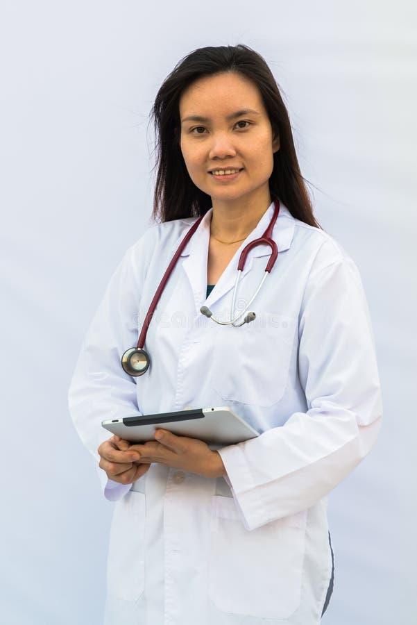 Donna sorridente di medico con lo stetoscopio fotografia stock libera da diritti