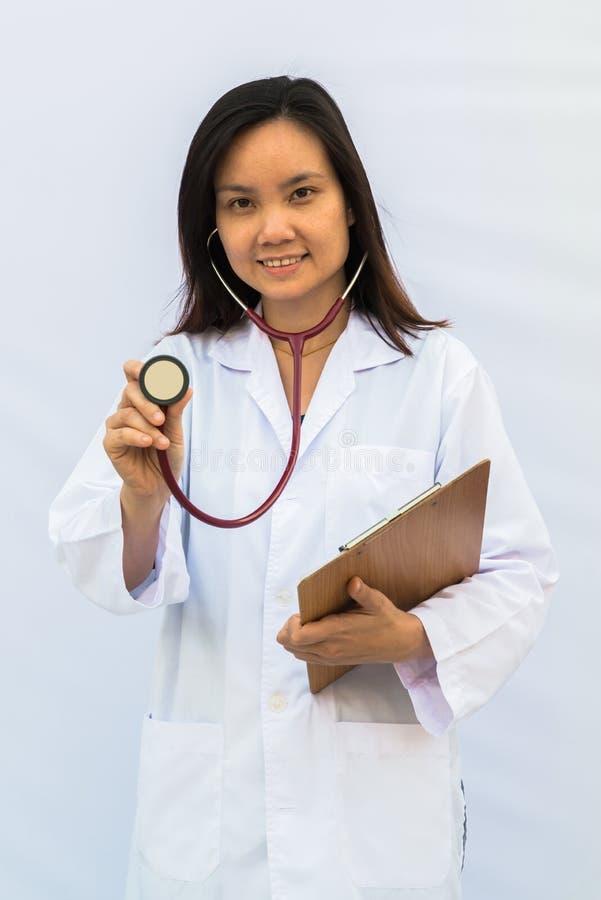 Donna sorridente di medico con lo stetoscopio fotografie stock libere da diritti