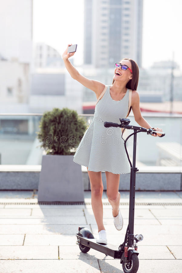 Donna sorridente estatica che fa i selfies fotografie stock