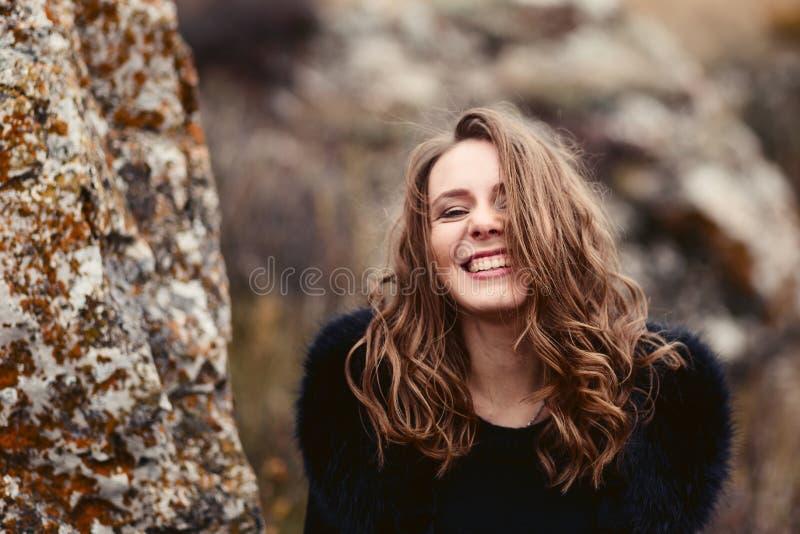 Donna sorridente felice in autunno fotografia stock
