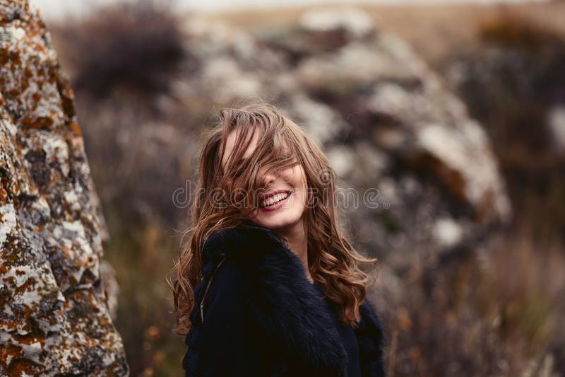 Donna sorridente felice in autunno fotografia stock libera da diritti