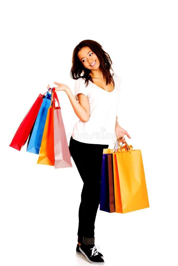 Donna sorridente felice con i sacchetti della spesa fotografia stock