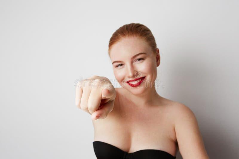 Donna sorridente felice con le labbra rosse che bilancia sopra il fondo bianco vuoto Ritratto del primo piano fotografia stock libera da diritti