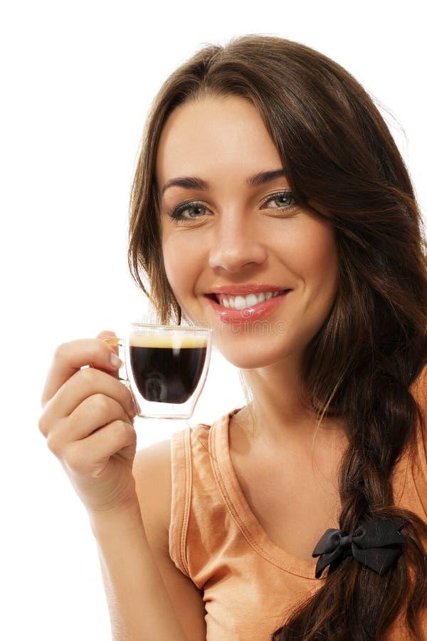 Donna sorridente felice con una tazza del caffè del caffè espresso fotografia stock