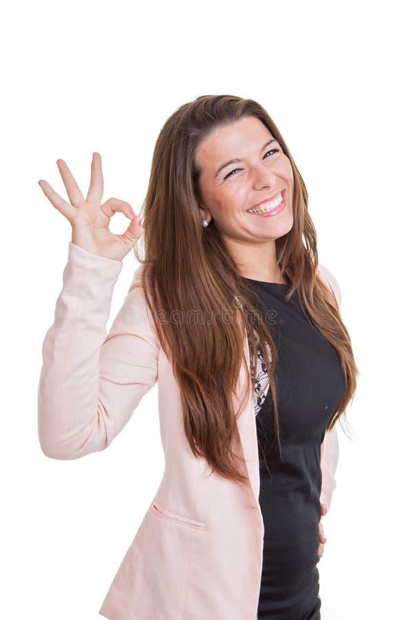 Donna sorridente felice di affari che dà segno giusto immagine stock