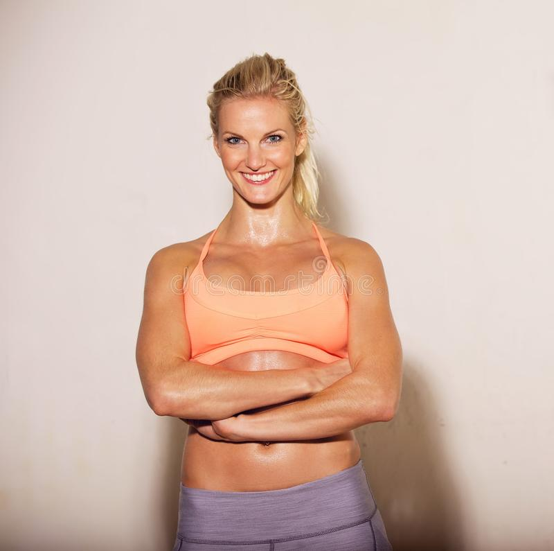 Donna sorridente a ginnastica fotografia stock
