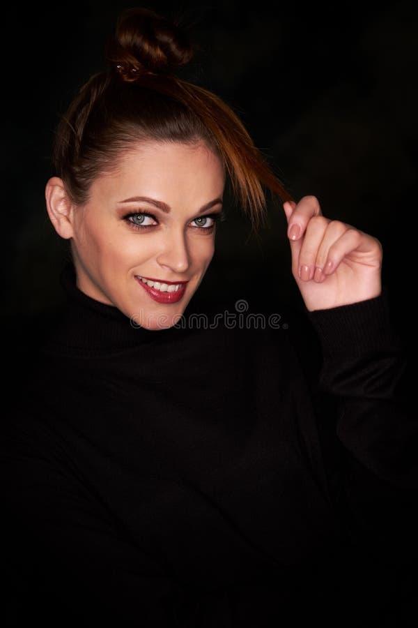 Donna sorridente graziosa fotografia stock libera da diritti