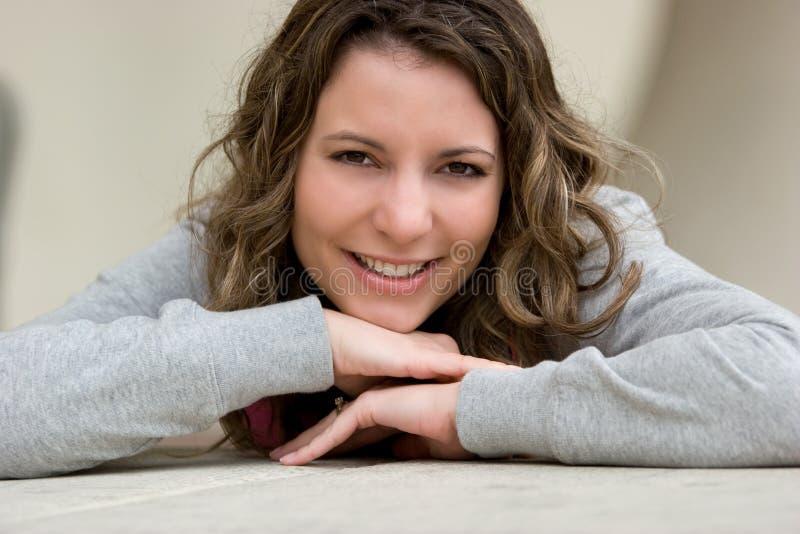donna sorridente graziosa fotografie stock libere da diritti