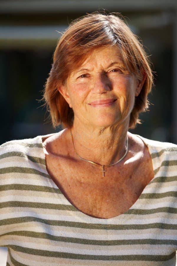 donna sorridente maggiore attiva immagini stock libere da diritti