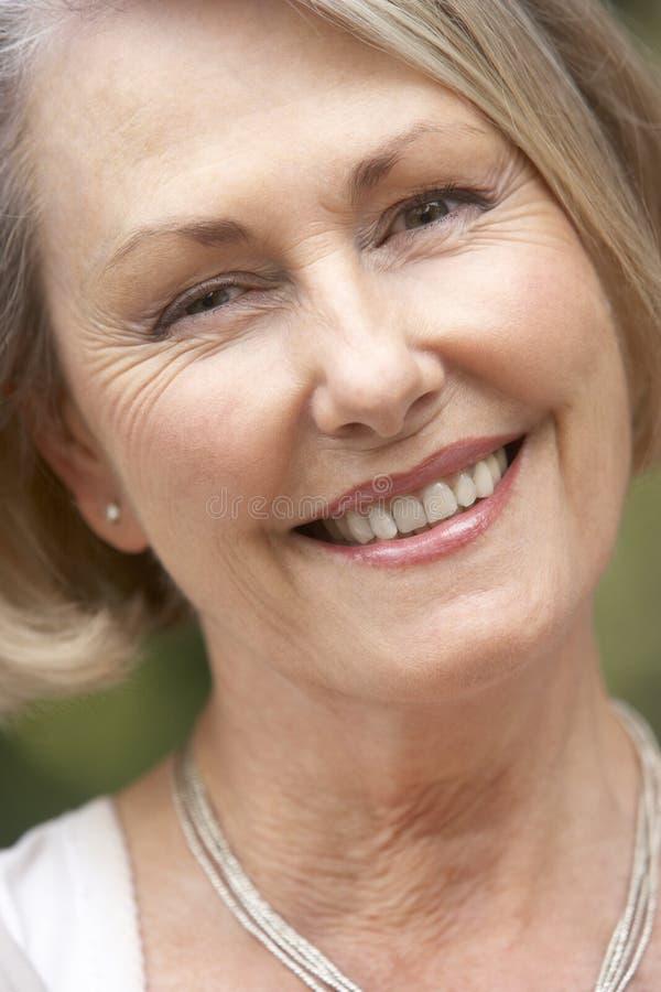 donna sorridente maggiore del ritratto della macchina fotografica immagini stock libere da diritti