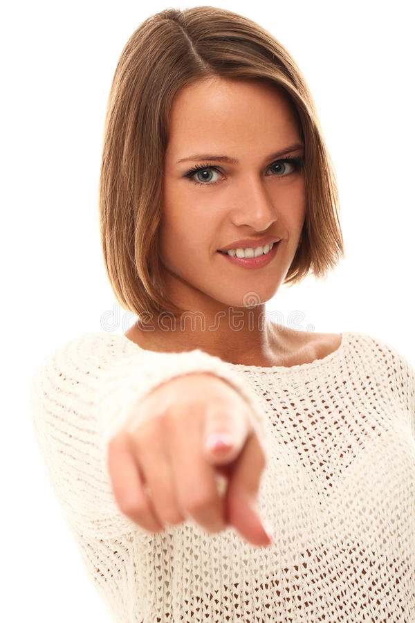 Donna sorridente in maglione bianco che indica voi fotografia stock libera da diritti