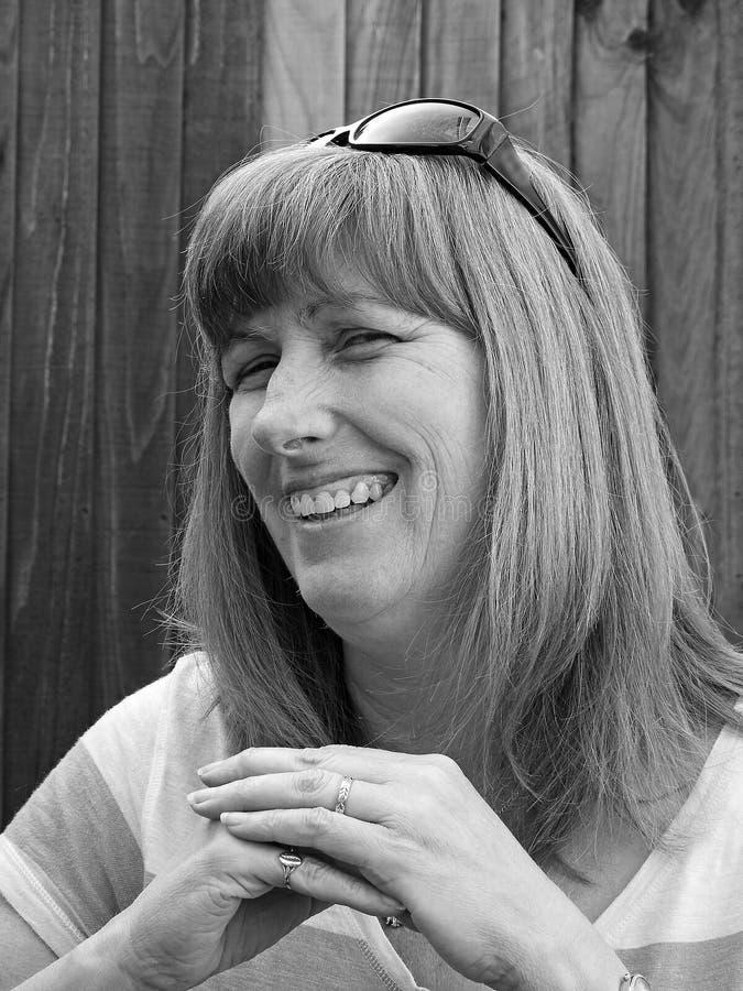 Donna sorridente monocromatica di posa fotografie stock libere da diritti