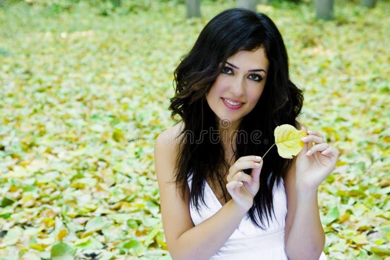 Donna sorridente in natura fotografia stock libera da diritti