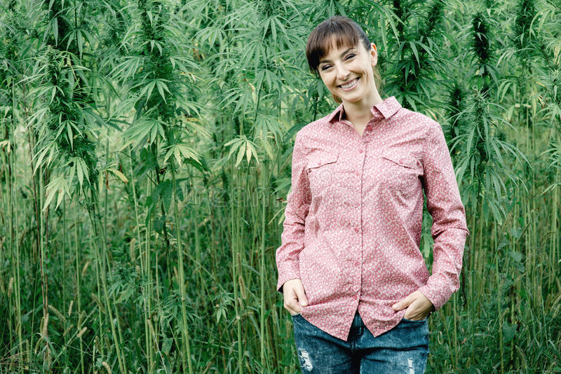 Donna sorridente nel campo della canapa fotografia stock