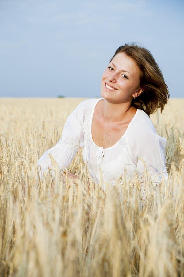 Donna sorridente nel campo di frumento immagine stock