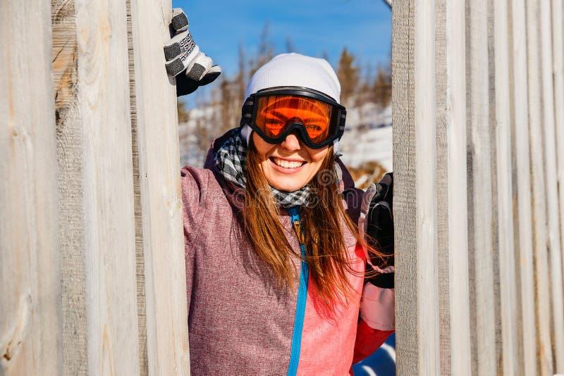 donna sorridente nello sciatore di vetro fotografia stock libera da diritti