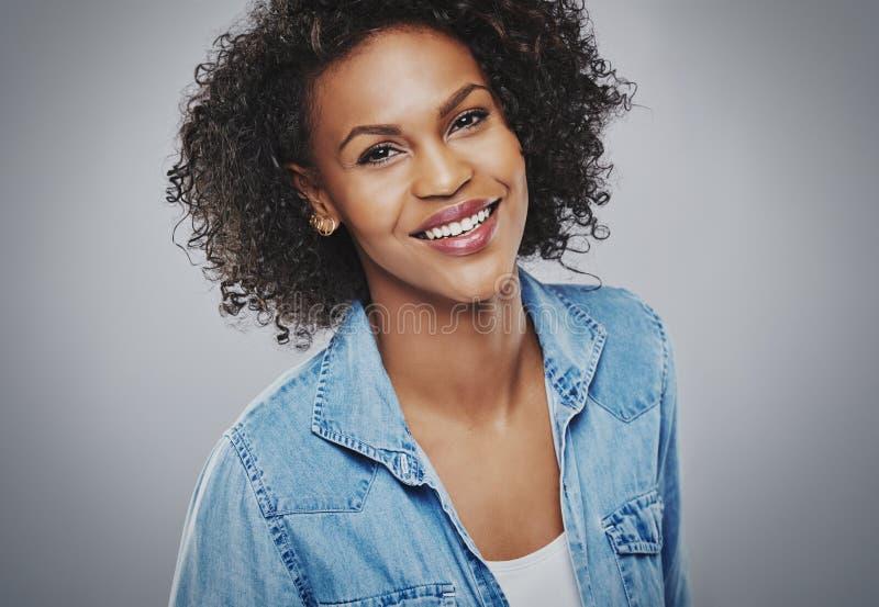 Donna sorridente splendida in denim blu fotografie stock libere da diritti