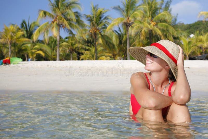 Donna sorridente sulla spiaggia tropicale fotografia stock