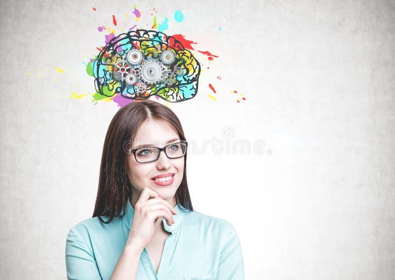 Donna sorridente in vetri, cervello del dente fotografie stock libere da diritti