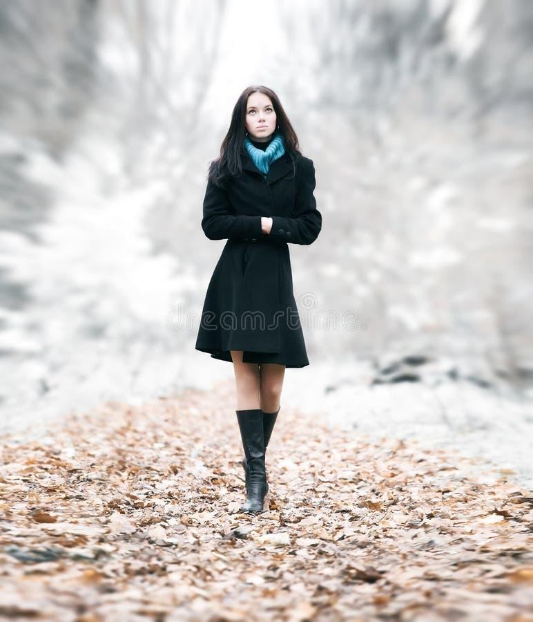 Donna sottile del brunette che cammina in una sosta immagini stock libere da diritti