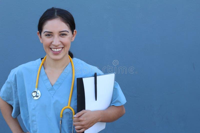 Donna spagnola castana di medico con una lavagna per appunti su fondo blu fotografia stock libera da diritti