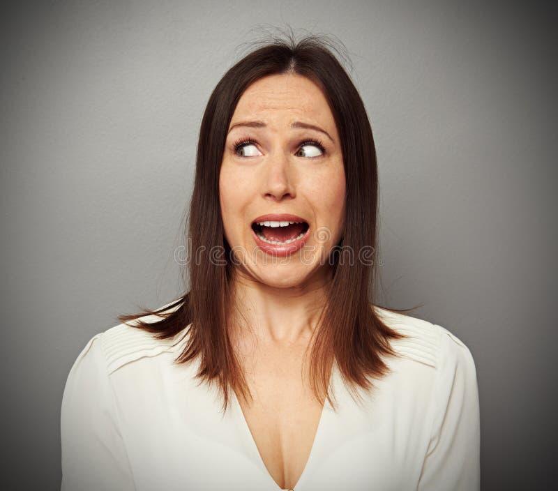 Donna spaventata che esamina qualcosa immagini stock libere da diritti