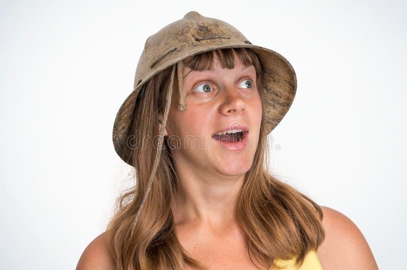 Donna spaventata dell'esploratore con il casco isolato su bianco fotografie stock