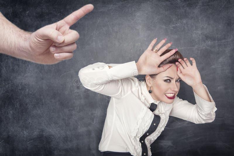 Donna spaventata di affari rimproverata da qualcuno immagine stock