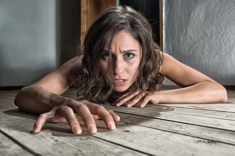 Donna spaventata sul pavimento immagini stock libere da diritti
