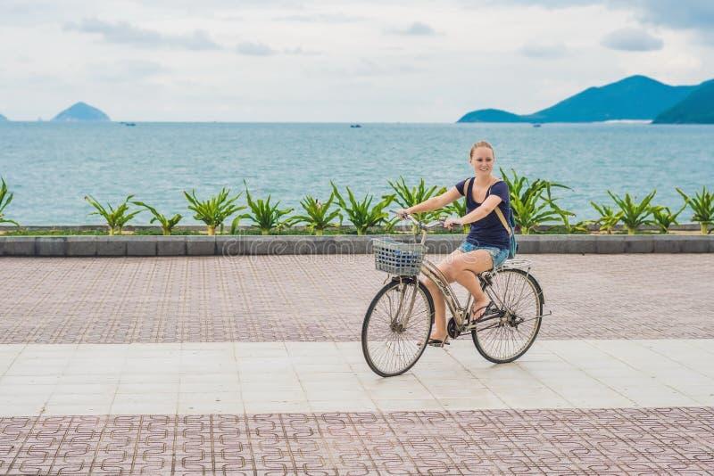 Donna Con La Guida Della Bicicletta Sulla Sabbia Della Spiaggia