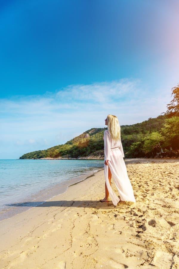 Donna spensierata felice sulla spiaggia fotografie stock