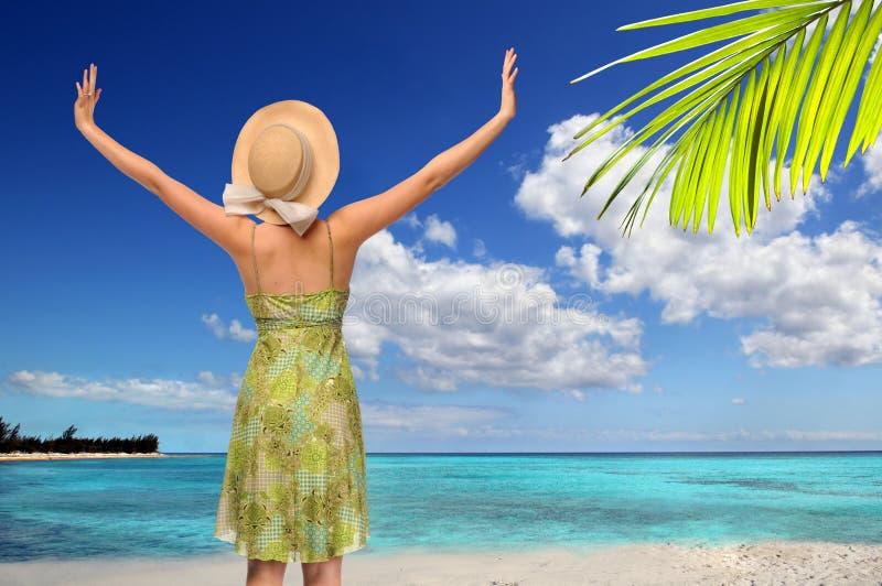Donna in spiaggia tropicale fotografia stock