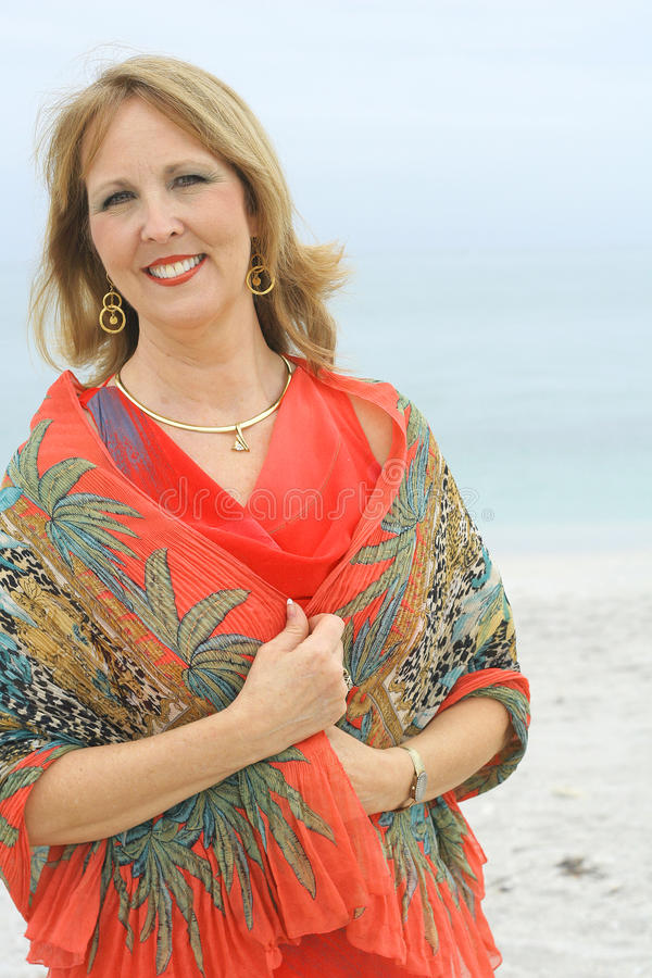 Donna splendida all'esterno alla spiaggia fotografia stock libera da diritti