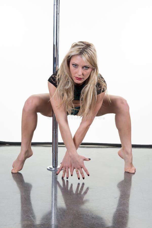 Donna splendida che esegue ballo del palo immagini stock libere da diritti