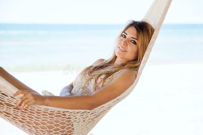 Donna splendida che si rilassa alla spiaggia fotografia stock