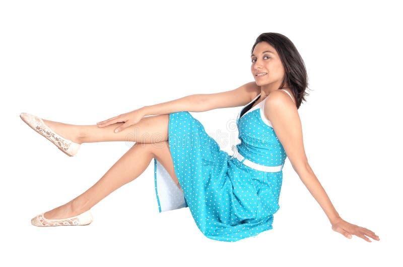 Donna splendida che si siede sul pavimento immagine stock