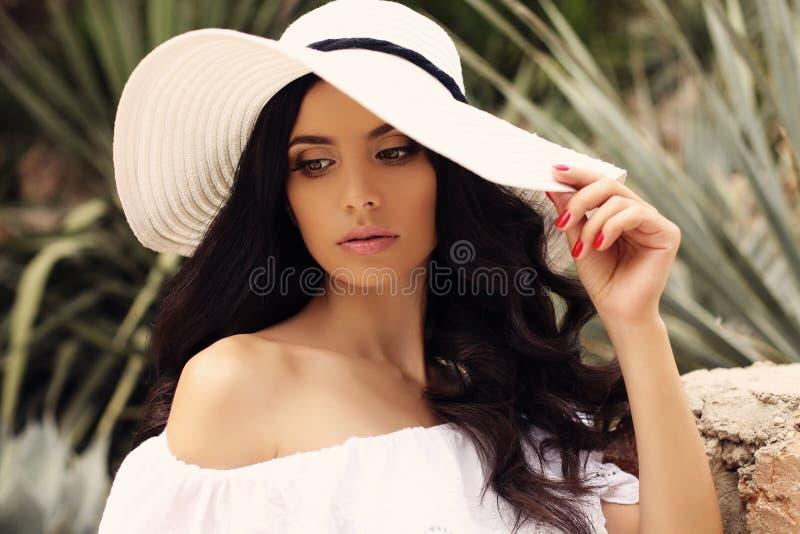 e841bb6646 Donna Sensuale Con Capelli Ricci Scuri In Vestito Nero Elegante Con ...