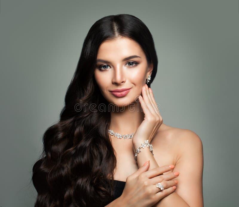 Donna splendida con gioielli Diamond Necklace fotografia stock