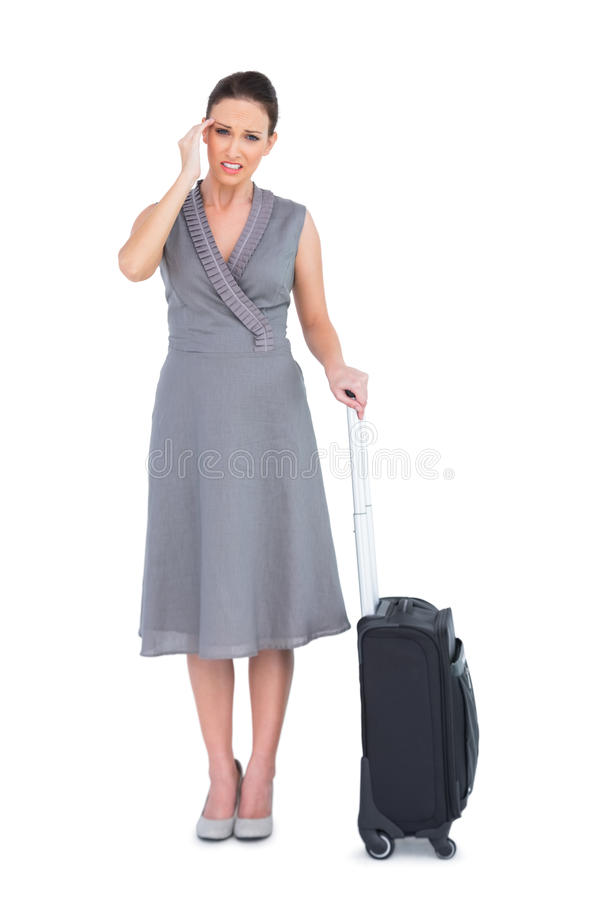 Donna splendida con la valigia che soffre dall'emicrania immagini stock