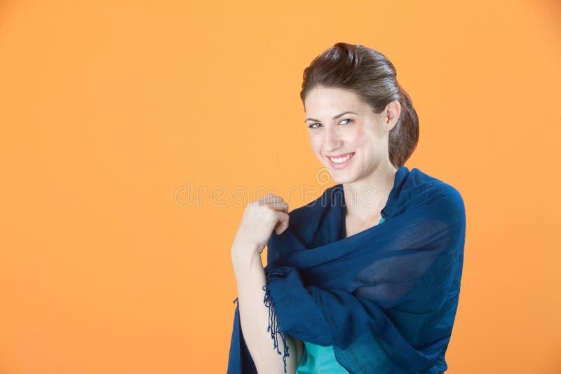 Donna splendida con lo scialle immagine stock