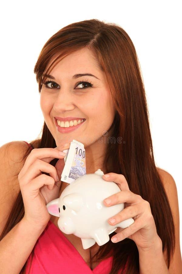 Donna splendida con Piggybank immagini stock