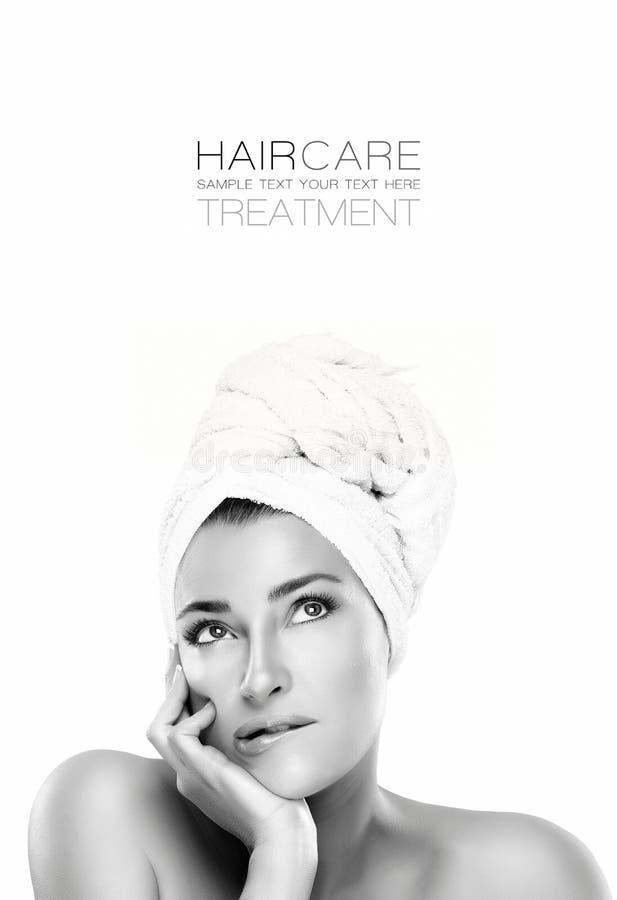 Donna splendida della stazione termale con un'espressione pensierosa Concetto di Haircare immagini stock