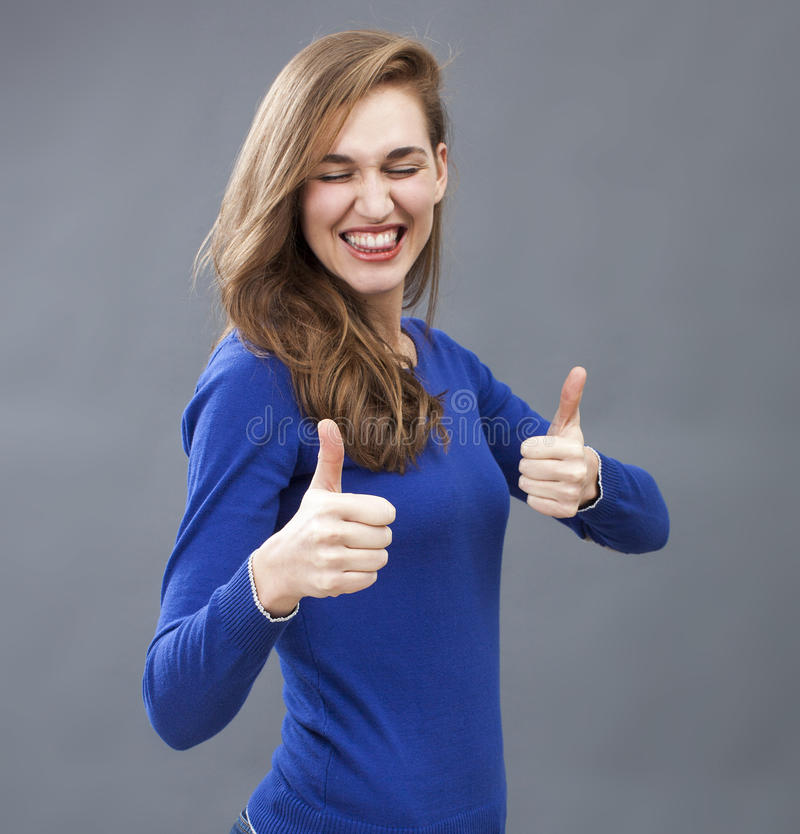 Donna splendida estatica 20s soddisfatta due volte fotografie stock libere da diritti
